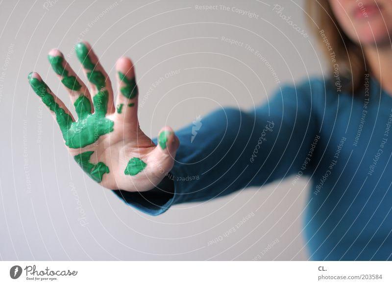 grüner daumen Häusliches Leben Renovieren Umzug (Wohnungswechsel) Mensch Frau Erwachsene Haut Hand Finger 1 Arbeit & Erwerbstätigkeit streichen dreckig blau