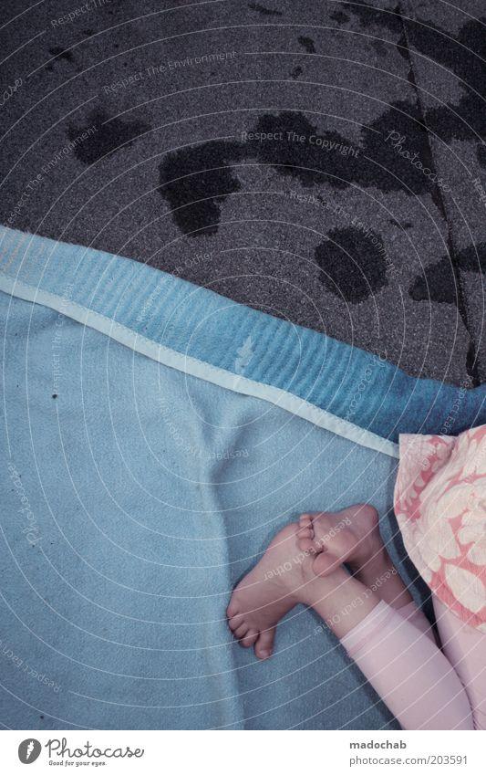 spoiled flamingo Mensch Kind Mädchen Leben Beine Fuß Kindheit liegen Boden Kleinkind skurril trashig Decke Barfuß hell-blau 3-8 Jahre