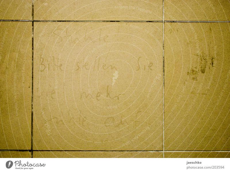 Stühle! Schriftzeichen gelb Stuhl Fliesen u. Kacheln dreckig fordern Wunsch Sitzgelegenheit ausgebleicht Haltestelle Station Mangel skurril lustig Farbfoto