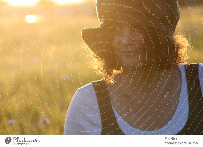 Sommerabend Frau Erwachsene Kopf Haare & Frisuren Gesicht Umwelt Natur Landschaft Sonnenaufgang Sonnenuntergang Sonnenlicht Feld Mütze rothaarig Locken träumen