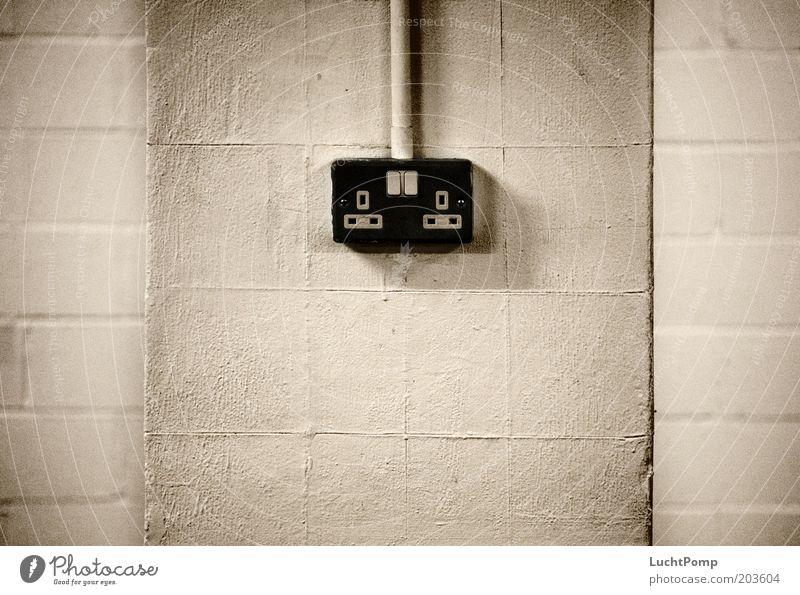 UK Power Supply weiß schwarz kalt Wand dreckig Elektrizität trist Kabel Ecke Putz Leitung Schalter England kahl Steckdose Englisch