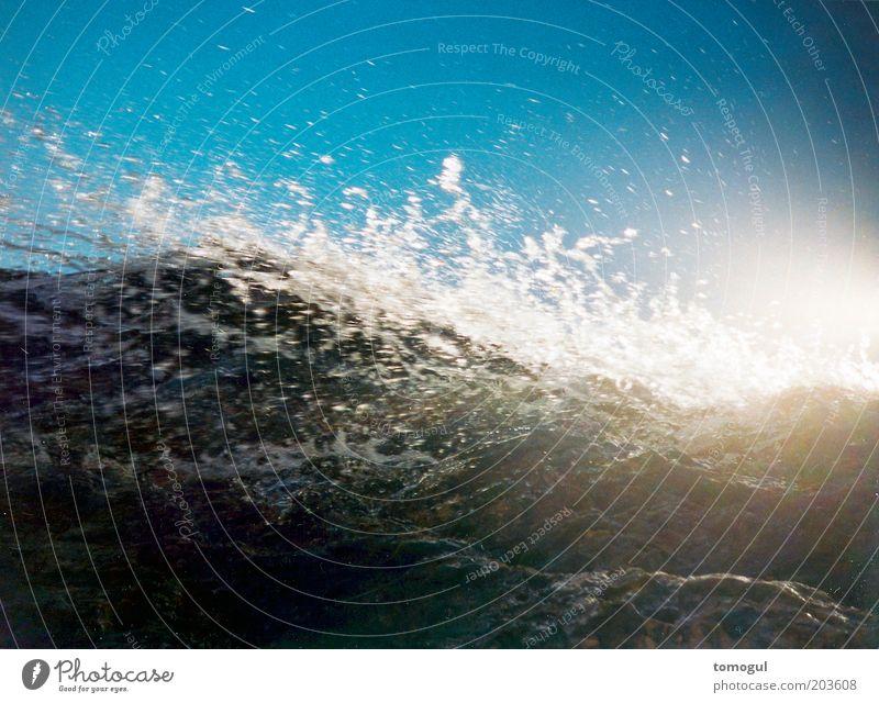 Grobwaschgang Natur Wasser weiß blau Meer kalt Bewegung Wellen Angst hoch wild bedrohlich Blauer Himmel gigantisch Licht