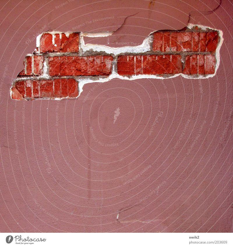 Strukturschwache Gegend rot Haus Wand grau Mauer Gebäude rosa Fassade Wandel & Veränderung Vergänglichkeit verfallen Backstein Verfall Desaster Riss