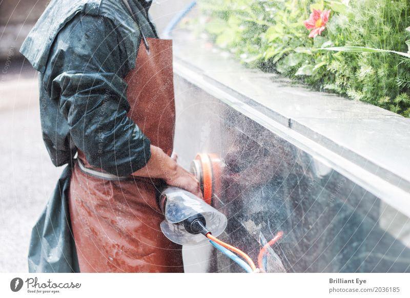 Handwerker, der mit einer Schleifmaschine an einer Gartenaußenwand arbeitet Oberfläche nass manuell Stein natürlich Werkzeug außerhalb Beruf Menschen Fähigkeit