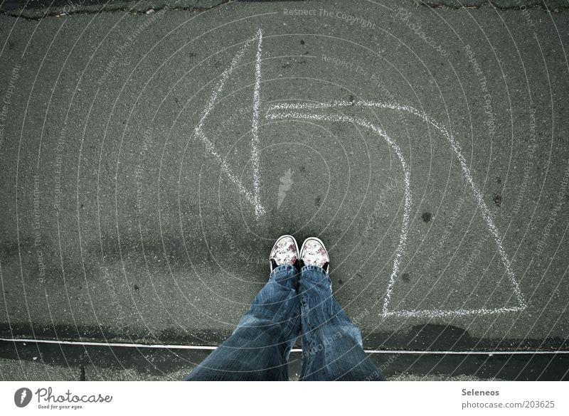 daa lang Beine Fuß Verkehr Straße Wege & Pfade Zeichen Linie Pfeil stehen Kommunizieren Mobilität Kreide dreckig Richtung links Farbfoto Außenaufnahme Tag
