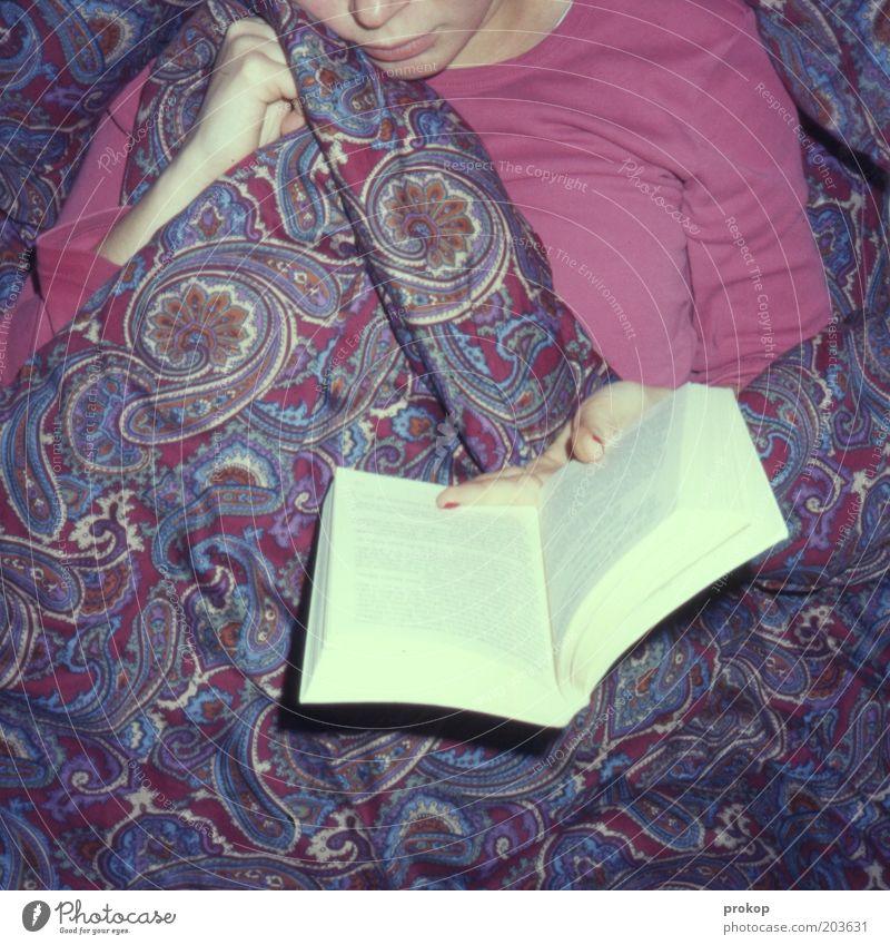 Noch eine Seite... Frau Jugendliche Erwachsene Erholung Gefühle Glück Zufriedenheit Freizeit & Hobby Buch liegen lernen Häusliches Leben lesen Bett Warmherzigkeit Junge Frau