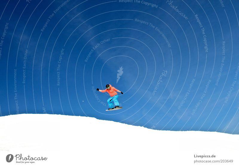 into the blue 2 Freude Glück Freizeit & Hobby Ferien & Urlaub & Reisen Winter Schnee Winterurlaub Snowboard Skipiste maskulin Natur Wolkenloser Himmel
