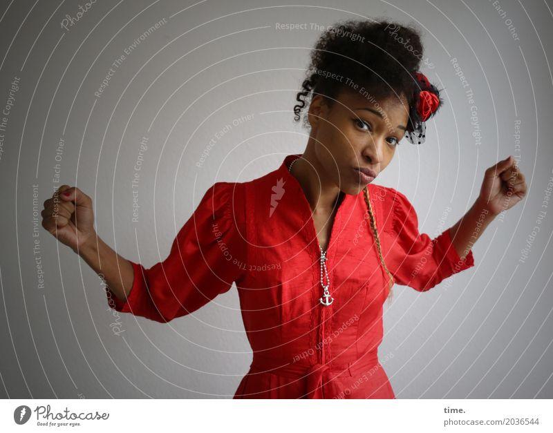 . feminin Frau Erwachsene 1 Mensch Theaterschauspiel Tänzer Kleid Schmuck Hut Haare & Frisuren schwarzhaarig langhaarig Locken Afro-Look beobachten Blick Tanzen