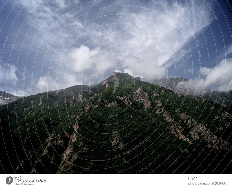 grüne Berge Natur Landschaft Himmel Wolken Sträucher Hügel Felsen Berge u. Gebirge Ferne hoch schön blau Macht Farbfoto Außenaufnahme Tag Kontrast Weitwinkel
