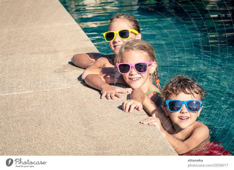 Drei glückliche Kinder, die auf dem Swimmingpool spielen Ferien & Urlaub & Reisen Sommer Wasser Sonne Erholung Freude Gesicht Lifestyle lustig Sport Junge
