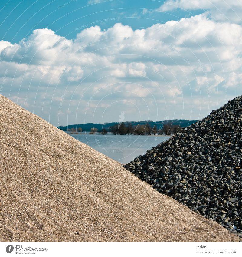 dreiecksgeschichte Wasser Himmel Wolken Stein See Sicherheit Baustelle bauen Flussufer Haufen Dreieck Hochwasser Rohstoffe & Kraftstoffe Steinhaufen