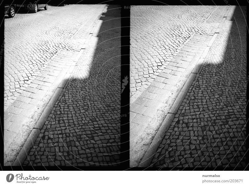 Bordstein in Eckkontrast alt Straße dunkel Kunst Umwelt Verkehr ästhetisch authentisch einfach Fußweg Kopfsteinpflaster Pflastersteine stagnierend eckig Bordsteinkante