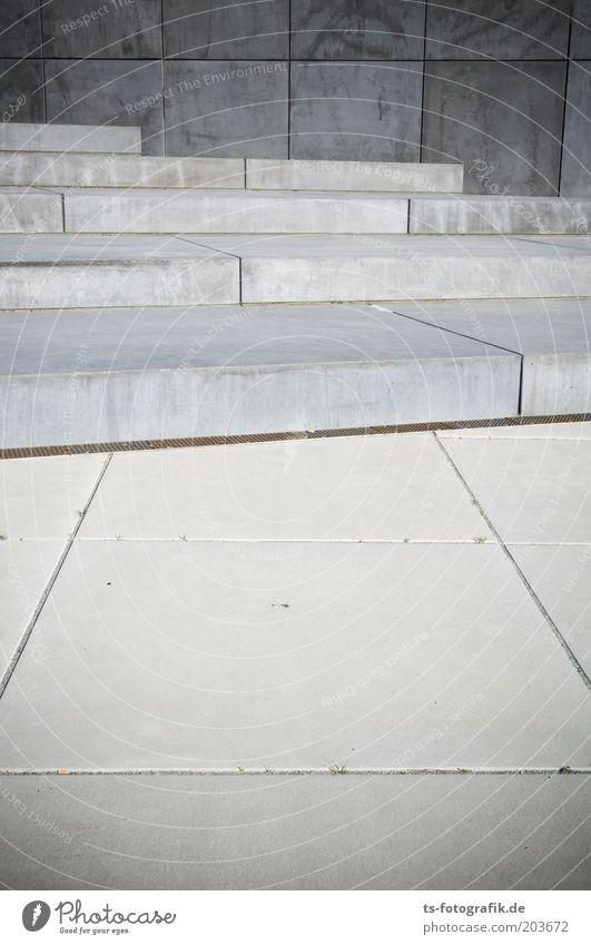 Festplattengrau Architektur Steinplatten Platz Treppe Beton Linie ästhetisch eckig kalt Perspektive Symmetrie Farbfoto Gedeckte Farben Außenaufnahme Muster