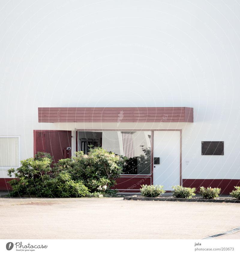 kundeneingang weiß grün Pflanze rot Haus Wand Fenster Gebäude Architektur Tür groß Platz Sträucher Sauberkeit Bauwerk Unternehmen
