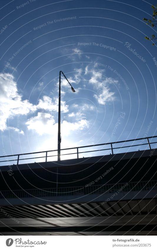 Brückenkopf Himmel Wolken Schönes Wetter Bauwerk Geländer Brückengeländer Verkehr Verkehrswege Straße Hochstraße Straßenbeleuchtung Metall Stahl Linie Streifen