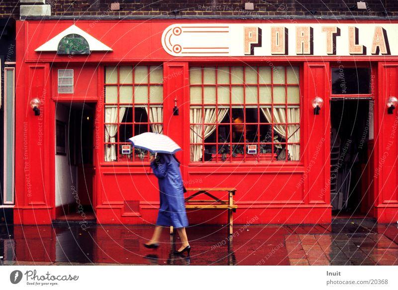 Regen in London Regenschirm rot England Pub Gastronomie blau Kneipe