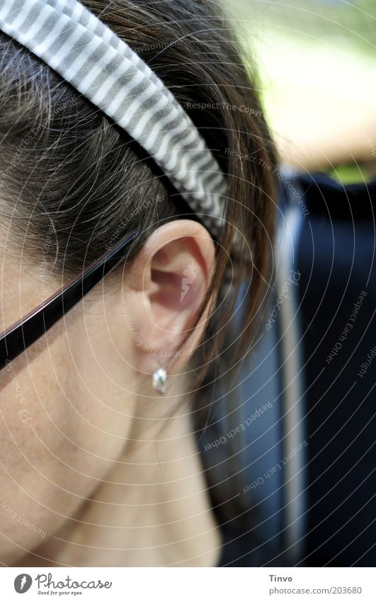 chillaxen Frau Mensch feminin Garten Kopf Erwachsene sitzen Ohr brünett Wange Hals Sonnenbrille Haarschmuck Haarband