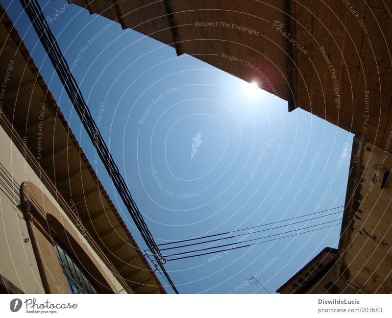 Licht und Schatten alt blau Sommer Haus Wand Fenster Mauer Gebäude Wärme braun Fassade ästhetisch Kabel Dach unten