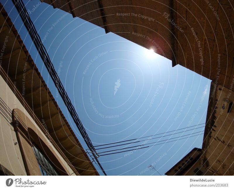 Licht und Schatten Wolkenloser Himmel Sommer Schönes Wetter Wärme Haus Gebäude Mauer Wand Fassade Fenster Dach alt leuchten ästhetisch eckig historisch unten