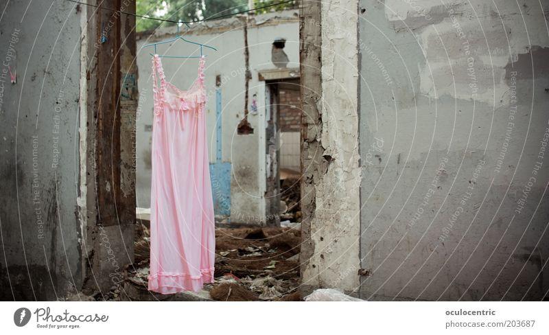 federleichte Felsen Asien China Xi'an Altstadt Menschenleer Ruine Mauer Wand Tür Kleid authentisch elegant schön feminin grau rosa skurril Stil Wunsch Leben