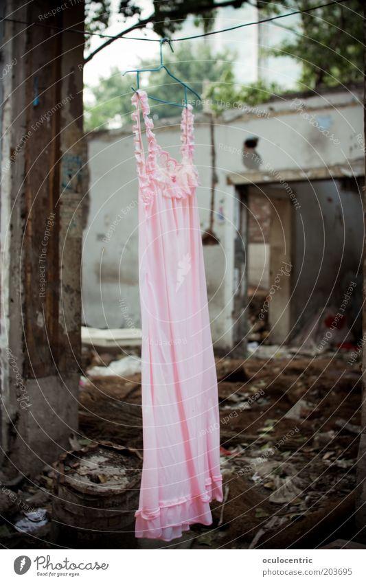 trockner kaputt Ausstellung China Xi'an Asien Mauer Wand Fassade Kleid Nachthemd bizarr skurril Ruine Zerstörung verfallen rosa grau Müll Einsamkeit Peking
