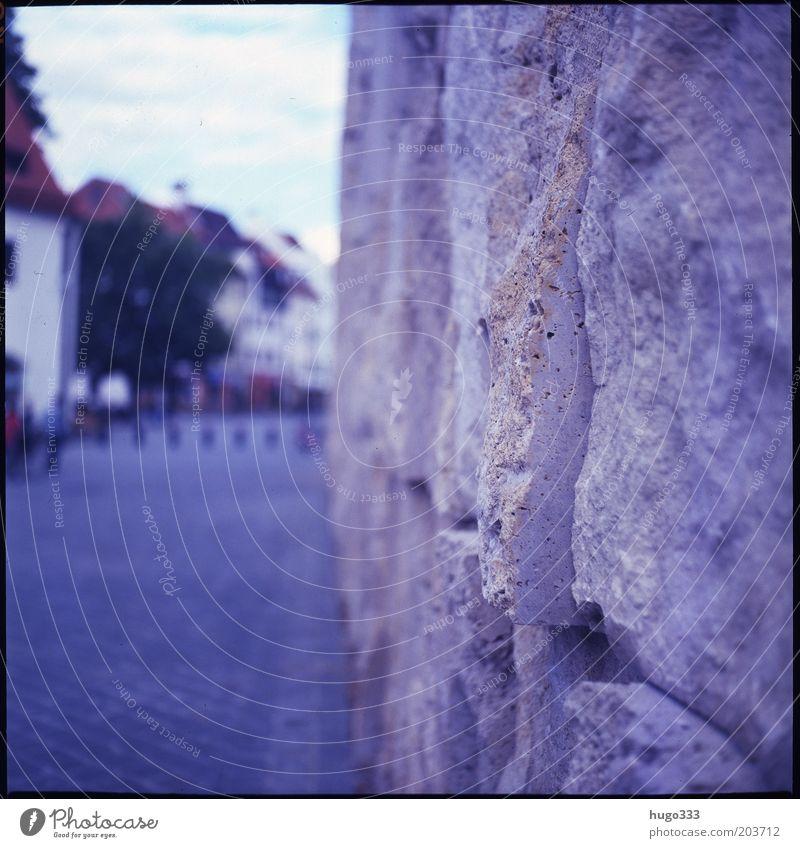 Just Around the Corner blau Wand Stein Mauer Architektur Fassade ästhetisch Filmmaterial München Bauwerk Bayern Stadtzentrum eckig Sehenswürdigkeit Mittelformat