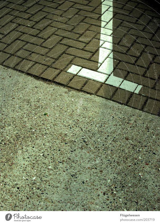 T Stein Beton Genauigkeit Parkplatz Fuge Parktasche Parkniesche Farbfoto Außenaufnahme Tag Bodenbelag Fahrbahnmarkierung Linie Begrenzung Strukturen & Formen
