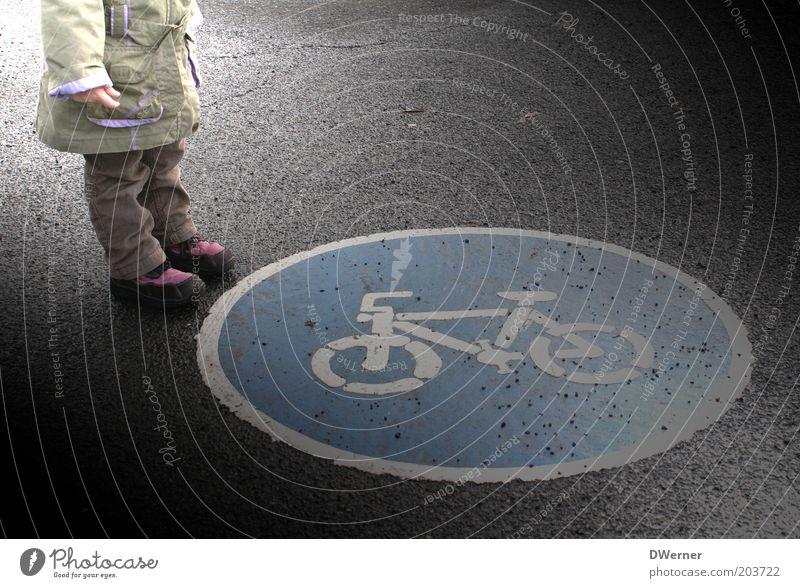Verkehrserziehung II Kind Mädchen Straße klein Beine Fahrrad warten lernen stehen Bildung Jacke Verkehrswege Kindererziehung Fußgänger Verkehrszeichen