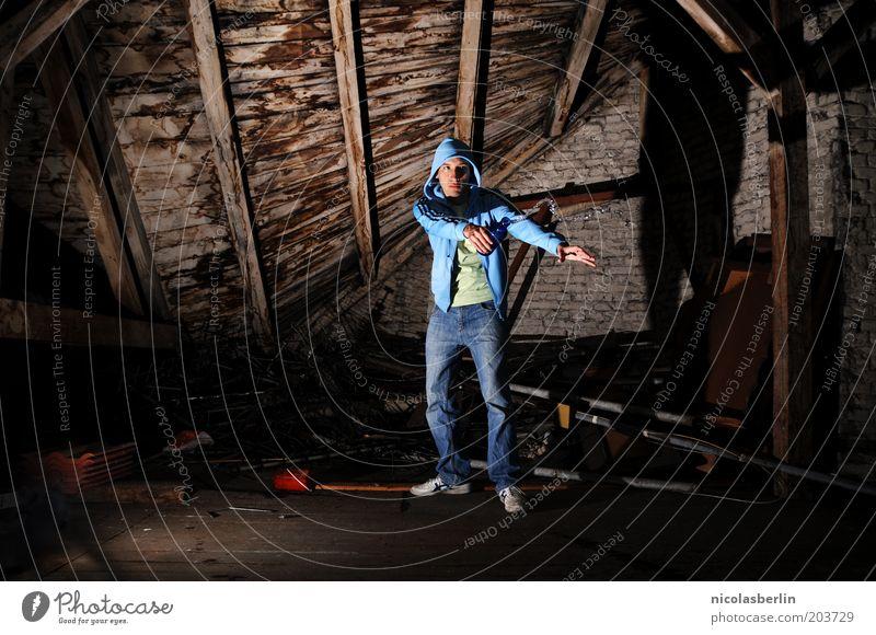refresh maskulin 1 Mensch 18-30 Jahre Jugendliche Erwachsene Mauer Wand Dachboden Bekleidung Kapuze Holz Bewegung stehen geheimnisvoll stagnierend Flasche