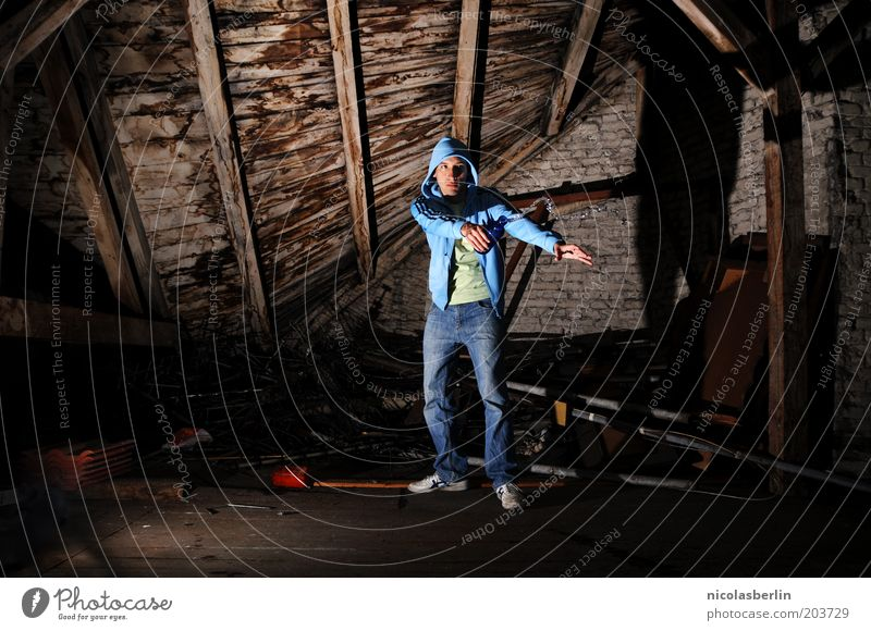 refresh Mensch Jugendliche Wand Holz Bewegung Mauer Erwachsene maskulin Bekleidung stehen Jeanshose geheimnisvoll Flasche Alkoholisiert 18-30 Jahre Kapuze