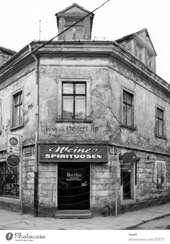 Weine! Haus Architektur Dresden Ladengeschäft Verfall Sachsen Schwarzweißfoto