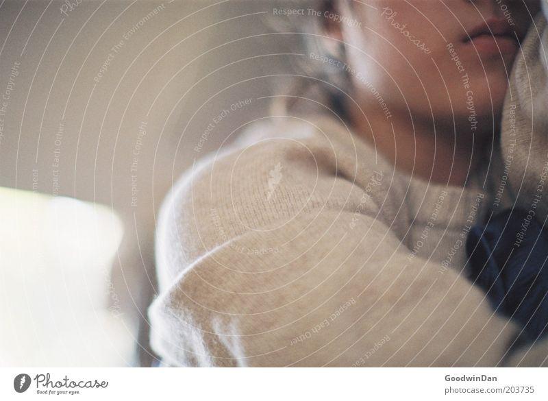 Safe and sound Mensch Jugendliche feminin Gefühle Wärme Stimmung schlafen Sicherheit nah Schutz Vertrauen Müdigkeit Pullover brünett Junge Frau Frau