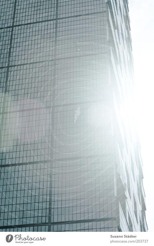 geblendet Haus Hochhaus Mauer Wand Fassade Balkon Fenster Macht Sonne Blendenfleck Plattenbau Quadrat Hochformat Fliesen u. Kacheln Neubau Gedeckte Farben