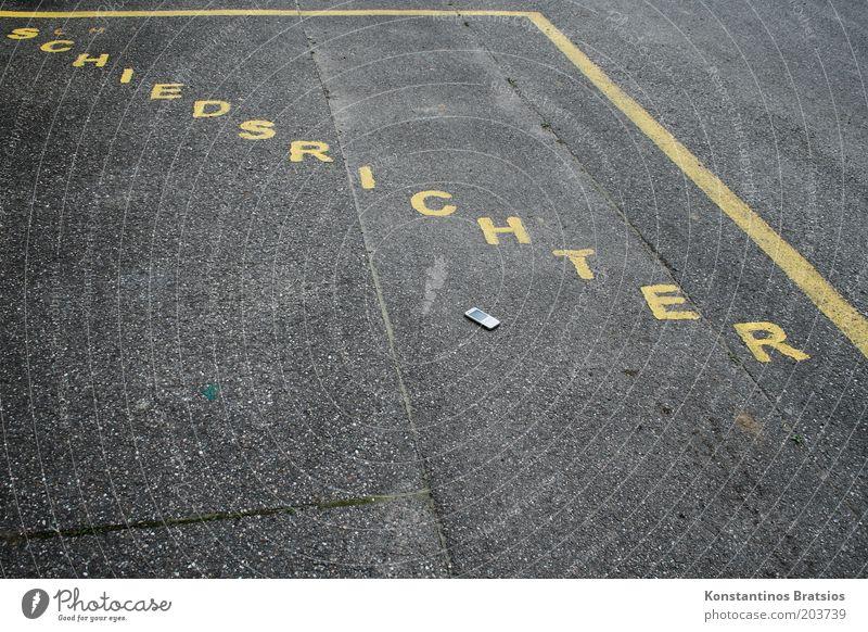 Schiri Telefon gelb Sport Fußball groß Perspektive Schriftzeichen Asphalt Information unten diagonal Beruf Wort Straßenbelag Parkplatz verloren Fußballplatz
