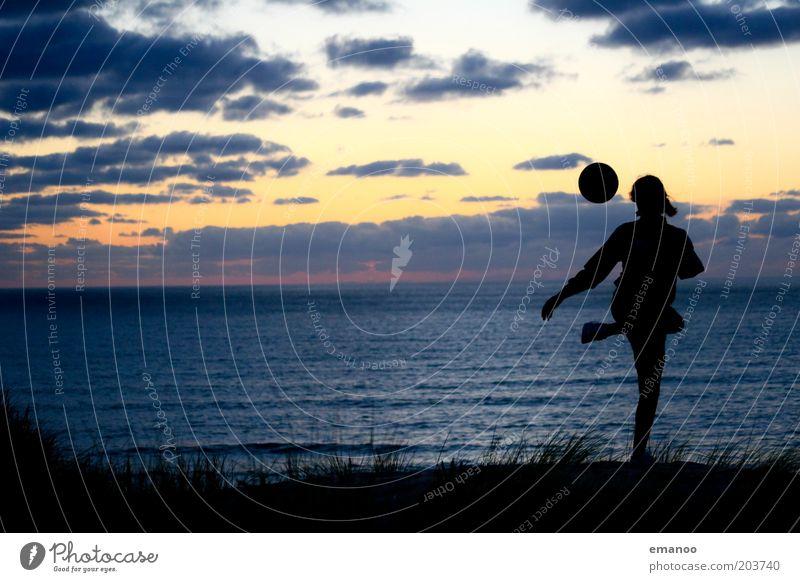 fifa girl Mensch Jugendliche Ferien & Urlaub & Reisen Sommer Meer Strand Freude schwarz Sport Spielen Küste Horizont Wellen Fußball Ball Junge Frau