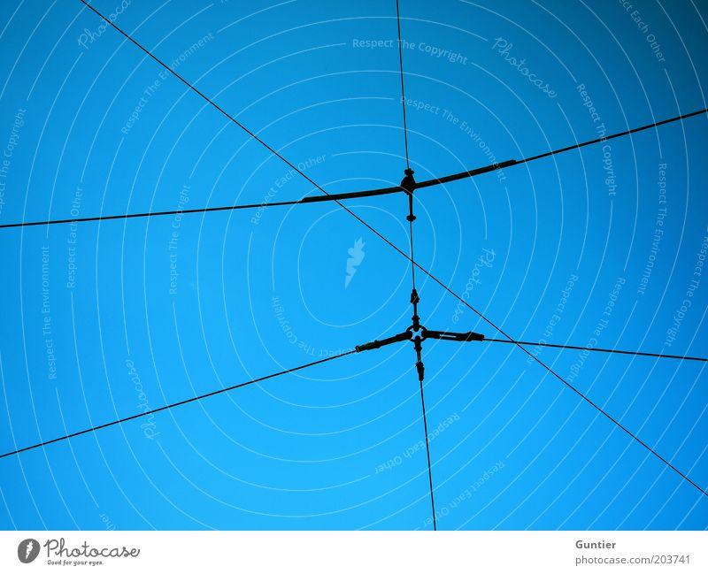 dzzzd Himmel blau schwarz Linie Elektrizität Netzwerk Vernetzung Symmetrie Hochspannungsleitung himmelblau Oberleitung System Leitsystem Netzwerkkabel Stromtransport
