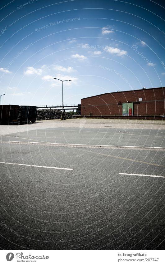 Lagern und lagern lassen Himmel blau Wolken Straße grau Gebäude Linie Verkehr Güterverkehr & Logistik Streifen Lastwagen Bauwerk Verkehrswege Lagerhalle Schönes Wetter Parkplatz