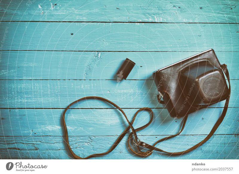 Vintage Filmkamera in einem Lederetui Fotokamera Holz alt oben retro blau braun Fotografie Deckung Leerzeichen Gerät Top schäbig altehrwürdig Holzplatte Linse