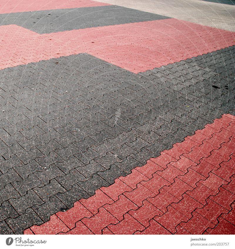 Sonntag rot grau frei geschlossen leer Quadrat Parkplatz Pflastersteine Sonntag Krise Parkbucht Strukturen & Formen Ölfleck