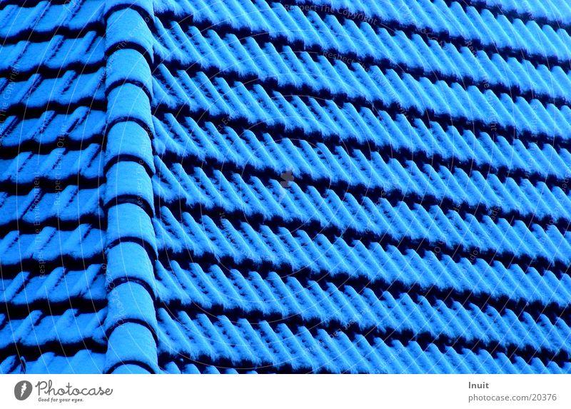 Dach Dachziegel Haus Architektur blau Schnee Detailaufnahme Strukturen & Formen