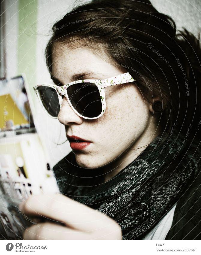 Pokerface Mensch Jugendliche rot feminin Kopf modern lesen Sonnenbrille Zeitschrift Tuch Lippenstift Accessoire Junge Frau Stoff Brille