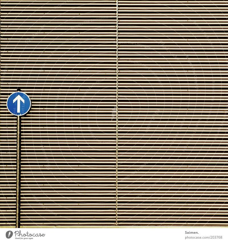 wellblech to heaven Fassade Verkehr Verkehrszeichen Verkehrsschild grau Design skurril Unendlichkeit Schilder & Markierungen Linie Metall Pfeil