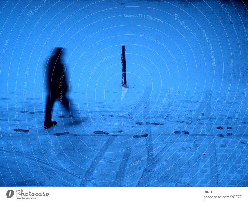 Spurensucher Mann blau Einsamkeit Schnee Spuren