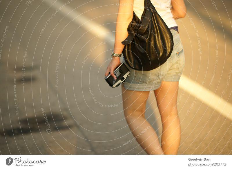 Suchend Mensch Jugendliche schön feminin Gefühle Stimmung warten gehen Straßenverkehr nah Fotokamera lässig tragen Frau Junge Frau Frühlingsgefühle