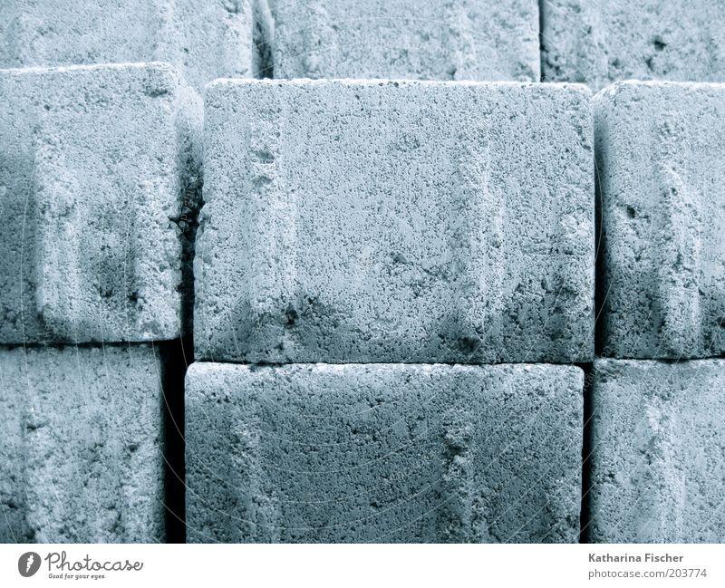 stonewashed Hausbau Stein blau grau Baustelle Pflastersteine bauen Straßenbelag Steinpflasterung Material Natursteinpflaster Verkehrswegbauarbeiten Farbfoto