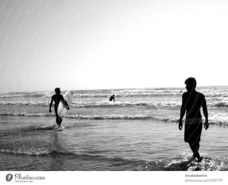 Ich will Mehr Mensch Himmel Mann Jugendliche Meer Sommer Strand schwarz Erwachsene Sport Freundschaft Wellen Schwimmen & Baden maskulin wild Coolness