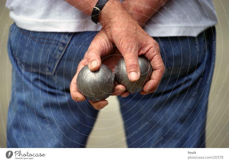 Kugeln Boule Hand Jeanshose Detailaufnahme Bildausschnitt Rückansicht Männerhand Mann Boulekugel Boulekugeln festhalten