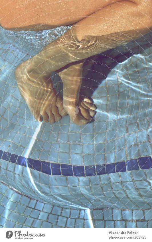 Badende Beine Mensch Junge Frau Jugendliche Erwachsene 1 Schwimmen & Baden Schwimmbad Fliesen u. Kacheln Sommerurlaub Erholung sitzen Wasser blau Zehen Schatten
