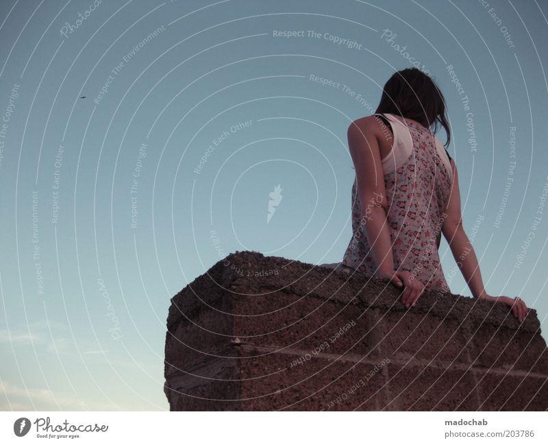 dachdeckerin Lifestyle Stil Mensch feminin Junge Frau Jugendliche Erwachsene Rücken 1 18-30 Jahre Himmel Dach Schornstein Mode Bekleidung Gefühle Stimmung