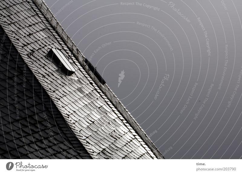 Letzter Vorhang Kindheit Dach Turm Luke Dachziegel grau diagonal aufwärts Himmel mystisch geheimnisvoll zuwenden direkt Schatten Textfreiraum rechts schimmern
